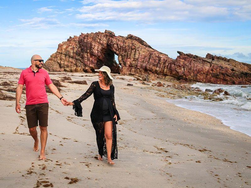Casal caminhando na Pedra Furada em Jericoacoara