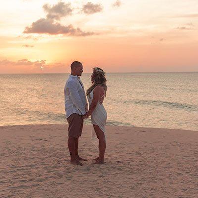 Casal de mãos dadas na duna em Jericoacoara