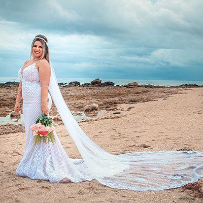 Noiva segurando buquê em casamento na praia