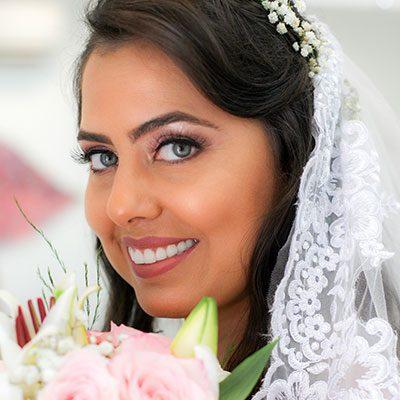 Close de rosto de noiva sorrindo