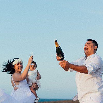 Casal de noivos brindando na praia