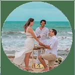 Noivo ajoelhado segurando na mão de namorada em pedido de casamento