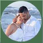 Casal de noivos se abraçando na praia