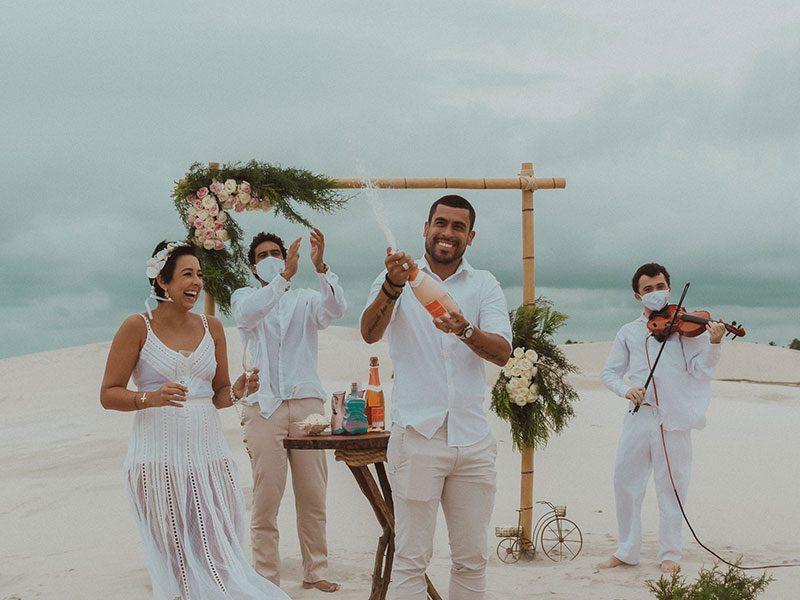 Casal comemorando renovação de votos na praia