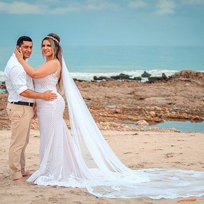 Casal de noivos abraçados na praia de Jericoacoara